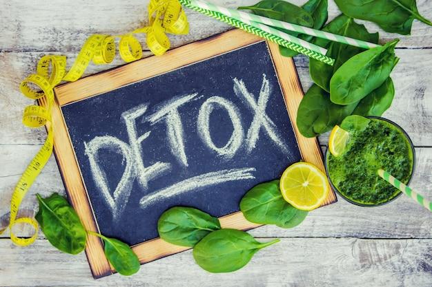 Batidos verdes con verduras y frutas. día de la desintoxicación. adelgazamiento y excreción de escoria. alimentación saludable. enfoque selectivo Foto Premium