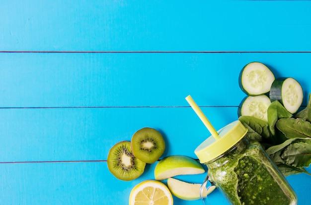 Batidos verdes con verduras y frutas. día de la desintoxicación. Foto Premium