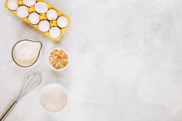Batir cerca de los ingredientes frescos de pastelería Foto gratis
