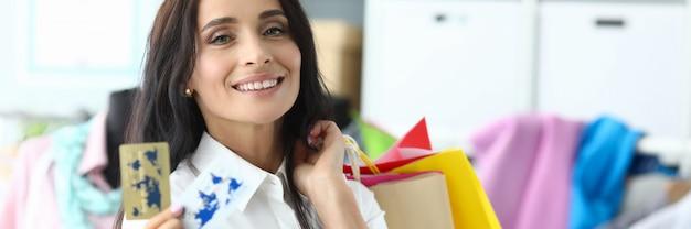 Bauty mujer con tarjeta de crédito plástica Foto Premium
