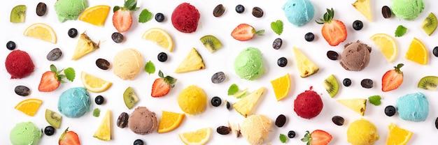 Bayas y bolas del helado en el fondo blanco. concepto de verano bandera Foto Premium