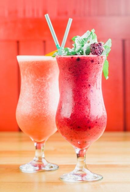 Bayas de verano batido rojo en un vaso de cerca Foto Premium