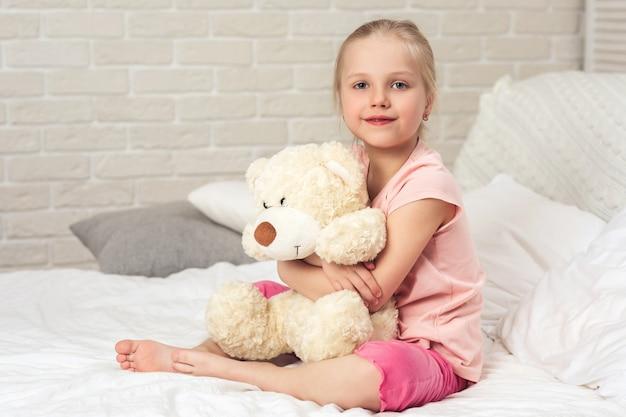 Bebé abrazando un oso de peluche Foto Premium