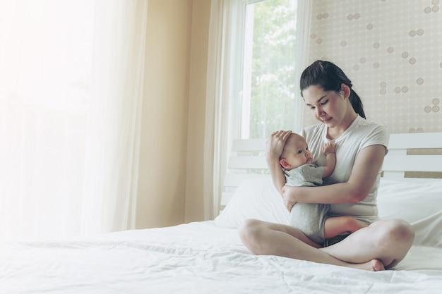 El bebé en el abrazo de la madre. Foto gratis