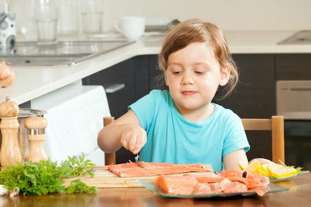 Cocinar En Casa | Bebe Ama De Casa Cocinar Salmon Descargar Fotos Gratis