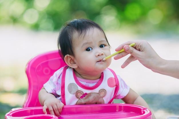 Bebe come comida de su madre alimentando 7 meses reci n nacido descargar fotos premium - Alimentacion bebe 7 meses ...