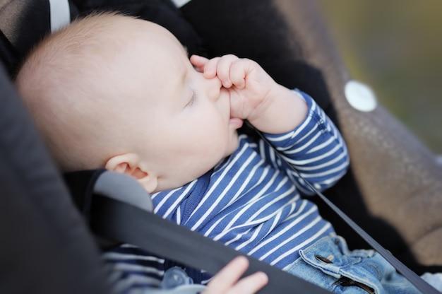 Bebé de cuatro meses chupándose el pulgar y durmiendo. Foto Premium