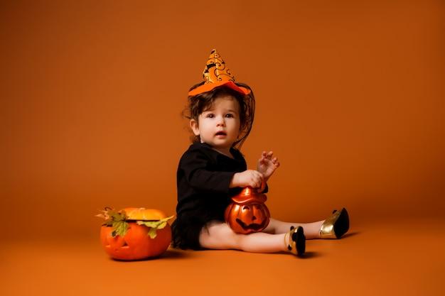 Bebé disfrazado de bruja para halloween - Foto Premium
