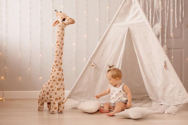 Bebé jugando en la guardería Foto Premium