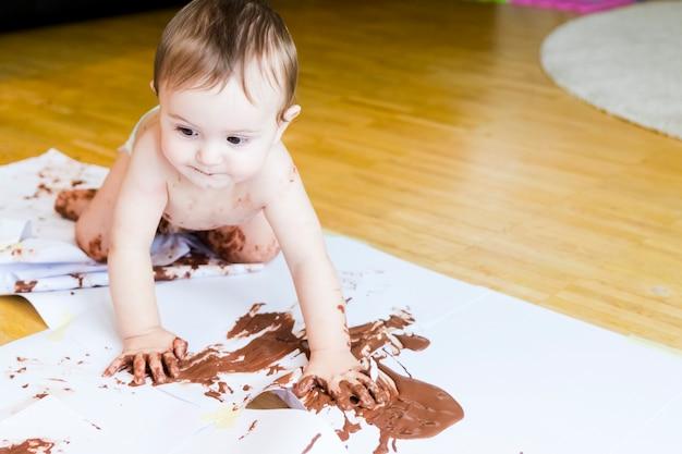 Bebé Pintando Con Las Manos Con Chocolate Foto Premium