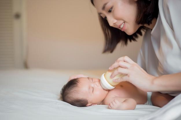 Bebé recién nacido bebe leche de su madre Foto Premium