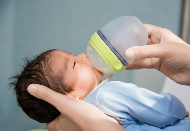 Bebé recién nacido está siendo alimentado con biberón en el hospital Foto gratis
