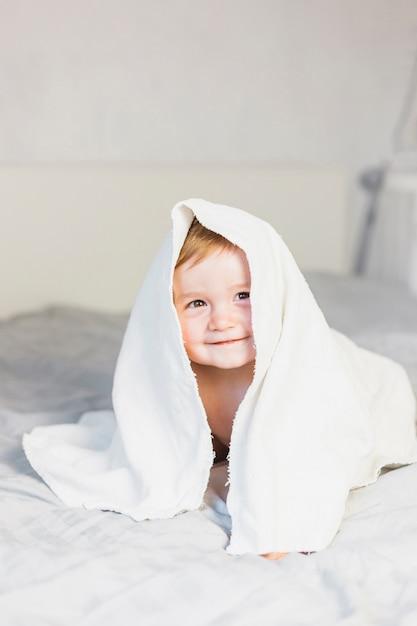 Bebé rubio con toalla Foto gratis