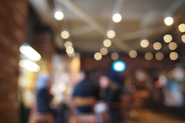 Beber café con amigos en la cafetería. fondo de lente borrosa. Foto Premium