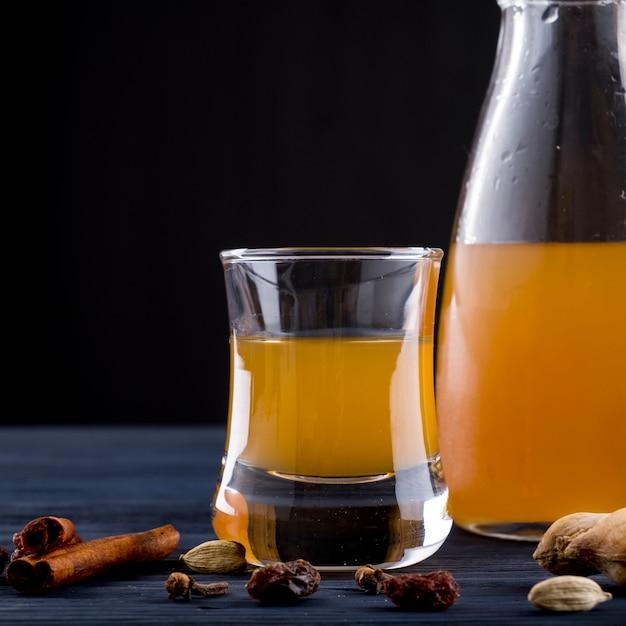 Bebida de alcohol hidromiel especias Foto Premium