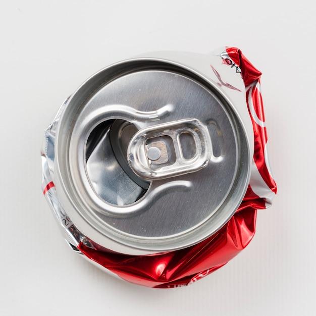 La bebida arrugada puede en fondo gris Foto gratis