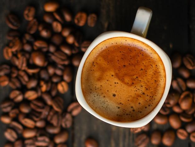 Bebida de café y granos de café. Foto Premium