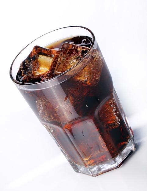 Bebida de cola fresca en vidrio Foto gratis
