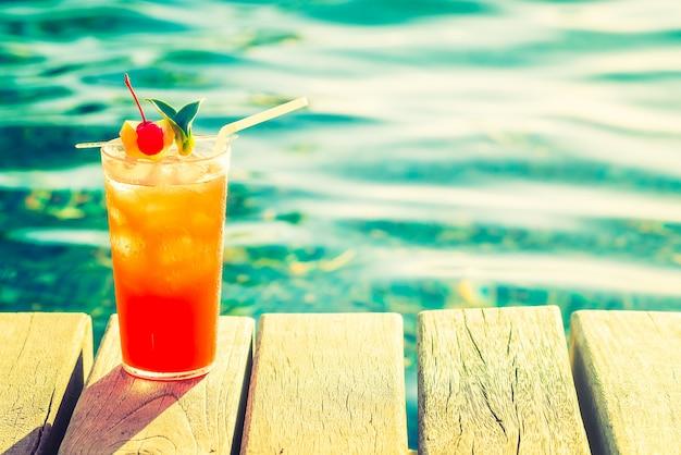 Bebida deliciosa sobre tablas de madera Foto gratis