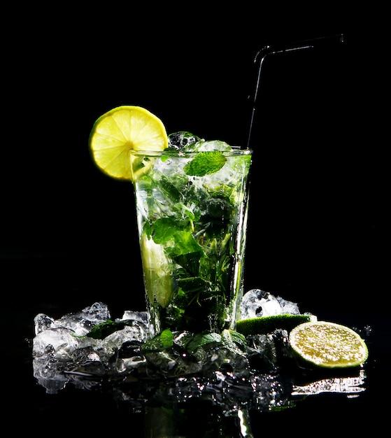 Bebida fresca con lima verde Foto gratis