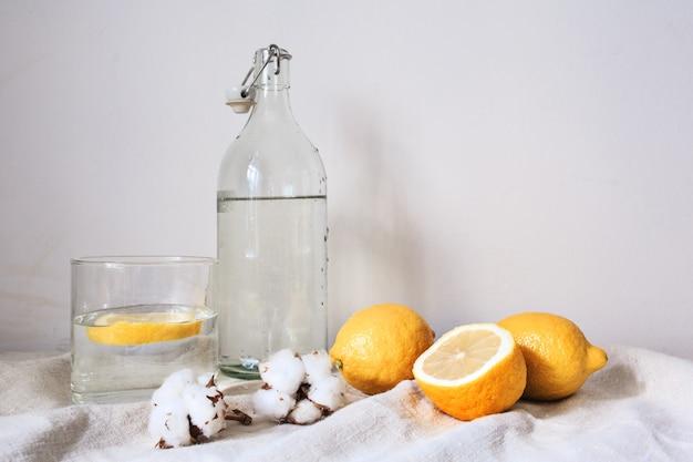 Bebida fresca y sabrosa con limón sobre tela de algodón blanco Foto gratis