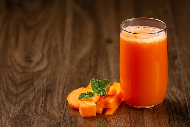 Bebida saludable, jugo de zanahoria fresco Foto gratis