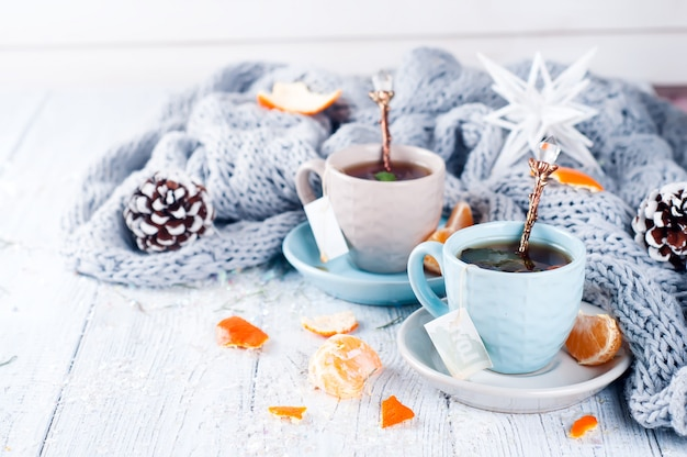Bebida tradicional de invierno con té de menta y mandarina. Foto Premium