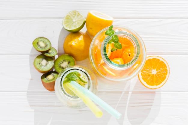 Bebidas frescas con fruta. Foto gratis