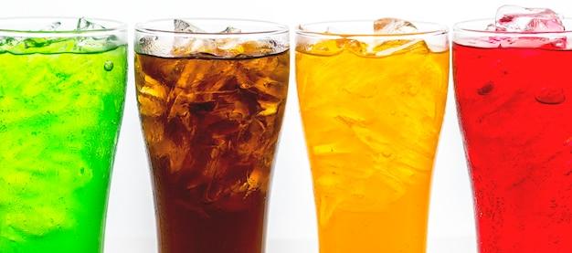 Bebidas gaseosas coloridas macro disparo Foto gratis