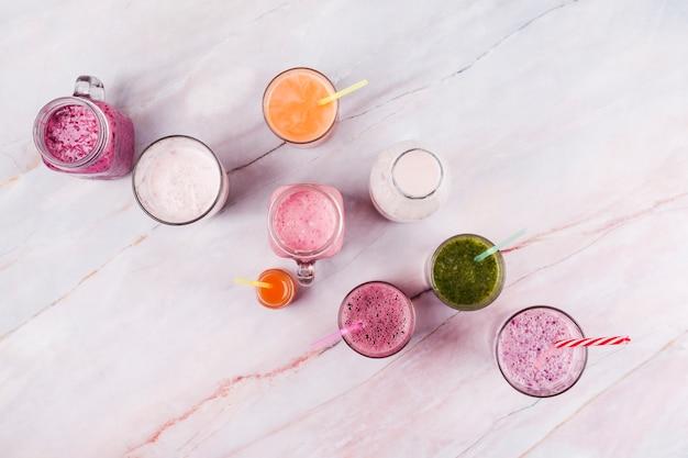 Bebidas refrescantes surtidas en mesa Foto gratis