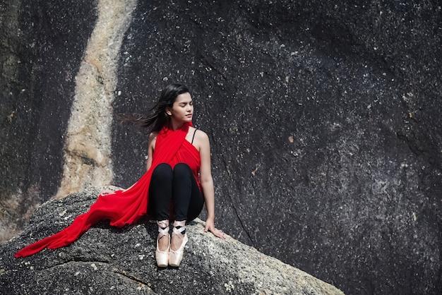 La Bella Dama Con Vestido Rojo Y Zapatos De Ballet Satinado