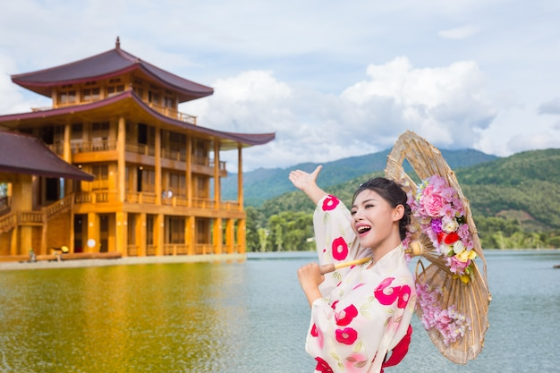 Una bella mujer asiática vestida con un kimono japonés, concepto de vestido tradicional. Foto gratis