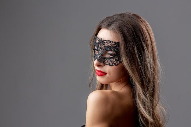 Bella mujer con máscara de carnaval Foto gratis