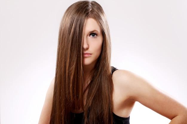 Bella mujer con el pelo largo Foto gratis