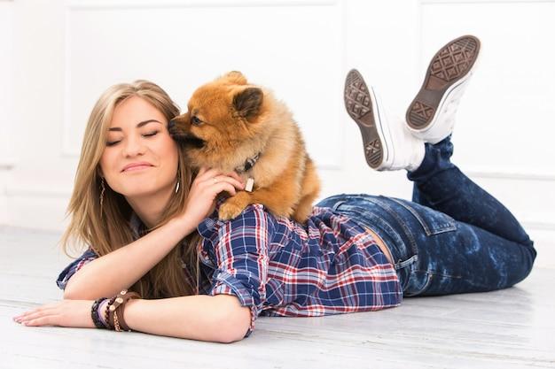 Bella mujer con perro Foto gratis