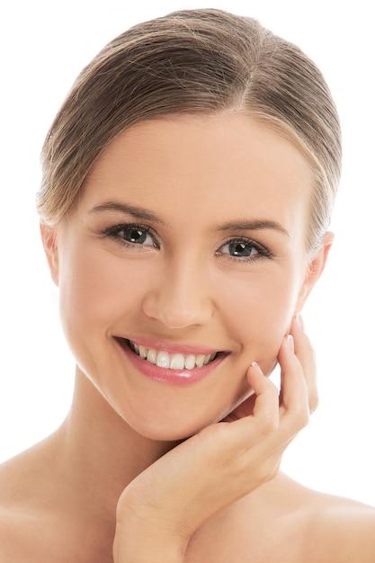 Bella mujer con piel perfecta Foto gratis