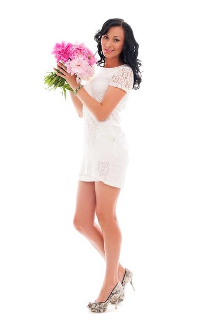 Bella mujer con ramo de peonías Foto gratis