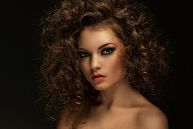 Bella mujer con rizos y maquillaje Foto gratis