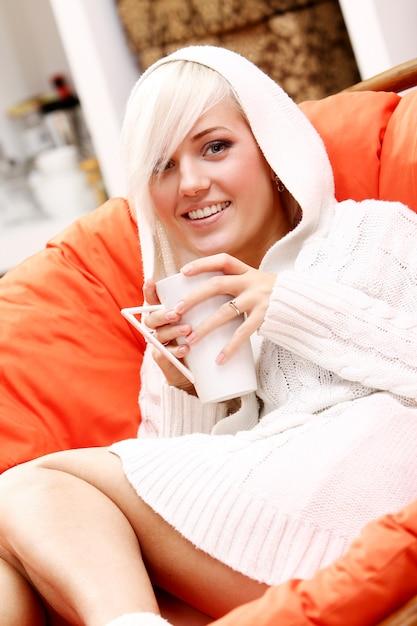 Bella mujer con taza de bebida caliente Foto gratis
