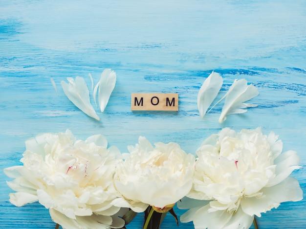 Bellas flores y palabras de amor para la madre. Foto Premium