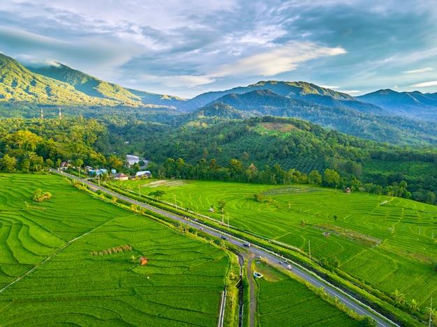La belleza natural de las montañas, los campos y el cielo. paisaje natural indonesio verde en el área de bengkulu con fotografías aéreas Foto Premium