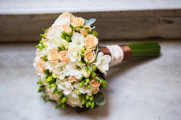 Bello bouquet nupcial en escalera de mármol Foto Premium