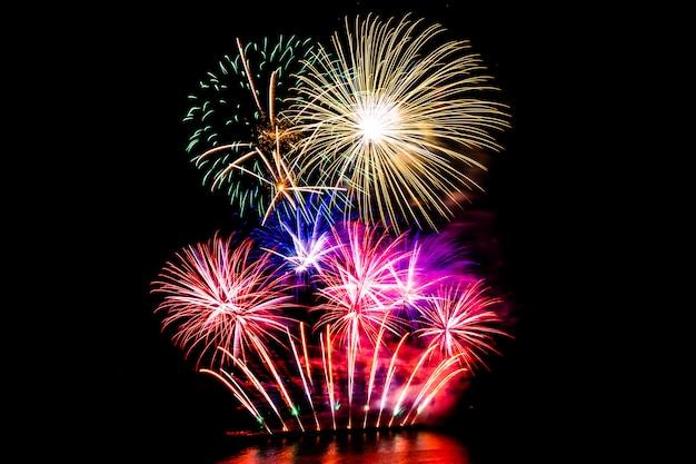 Bellos fuegos artificiales en el cielo negro Foto gratis