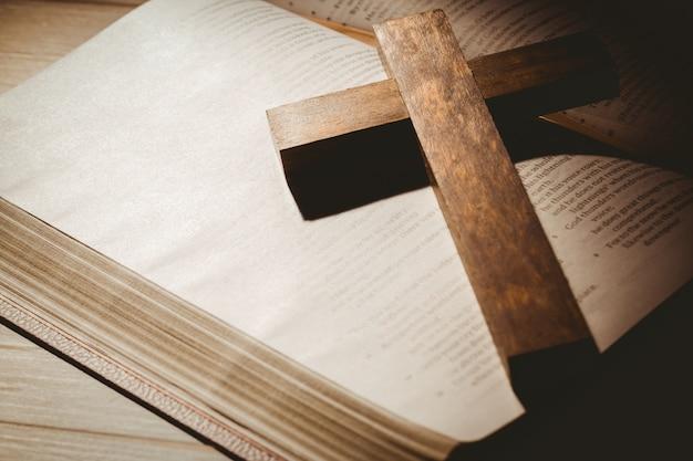 Biblia abierta y cruz de madera descargar fotos premium - Table pastorale de la bible en ligne ...