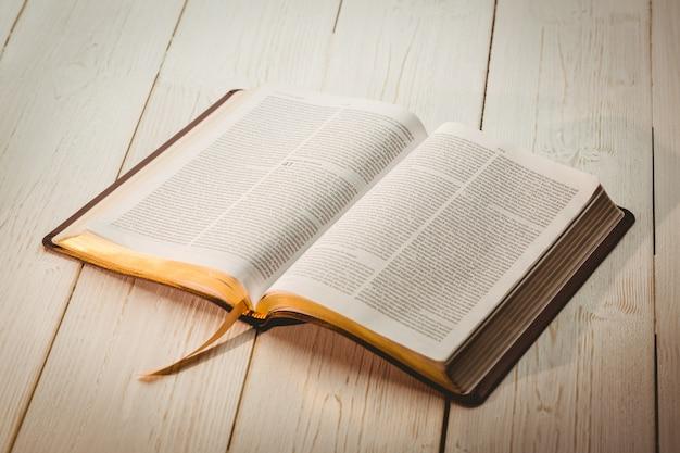 Una Biblia Abierta Descargar Fotos Premium
