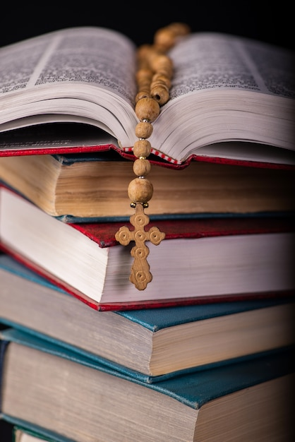 Biblia y cruz en concepto religioso. Foto Premium