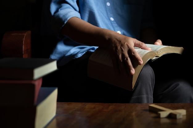 Biblia sobre madera Foto gratis
