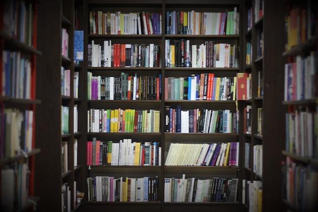 Biblioteca con libros Foto gratis