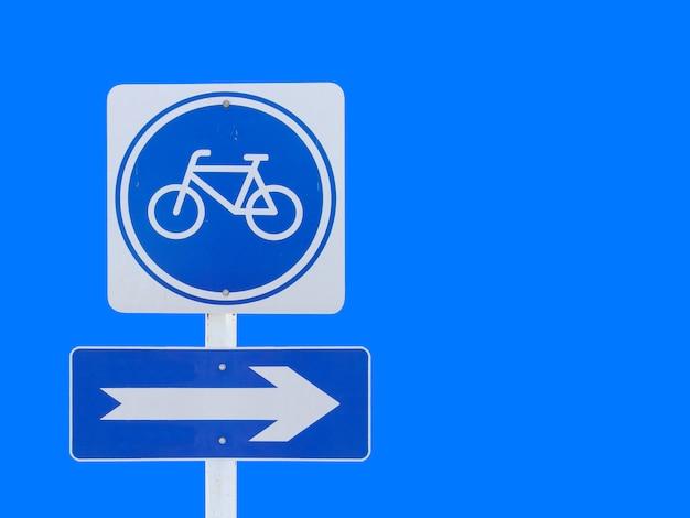 Bicicleta aislada con signo de tablero de flecha con trazado de recorte Foto Premium