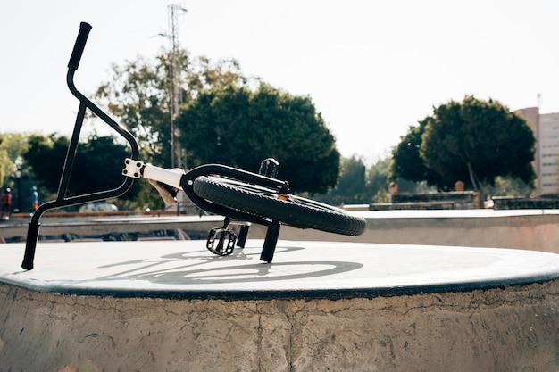 Bicicleta bmx en un skatepark a la luz del sol Foto gratis